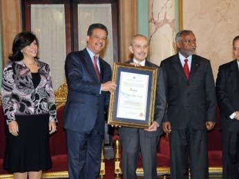 LF otorga Premio Nacional de Periodismo a Molina Morillo