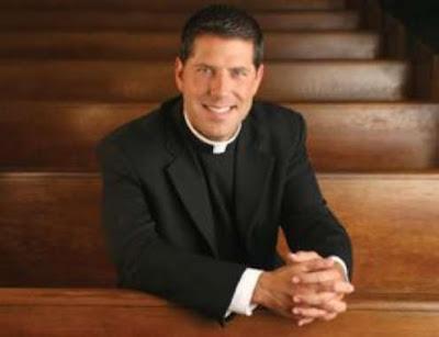 Ex sacerdote Cutié señala en libro que hay hipocresía en jerarquía católica