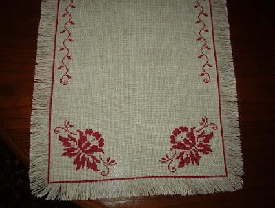 Caminho de mesa bordado em Ponto Cruz
