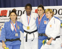Marta Tort, la segona per la dreta, en el pòdium de l'Europeu sub 23 de judo de Zagreb