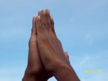 Con las Manos Levantadas Hacia el Cielo