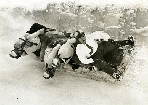 Bobsleigh. Team members of the five men sleigh keeping the sled in balance. Location unknown, 1931. Nationaal Archief / Spaarnestad Photo
