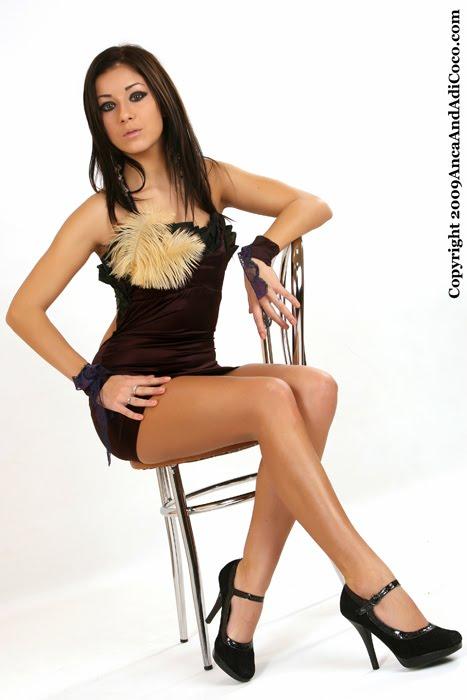 Rochie scurta din saten elastic cu pene decorative aplicate-300Ron - Vanduta