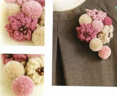 Broche com flores em crochet e pompom