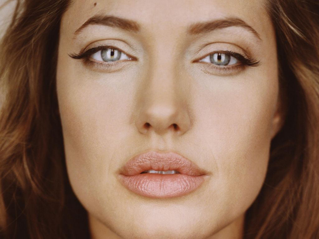 Angelina Jolie - Wallpaper Hot
