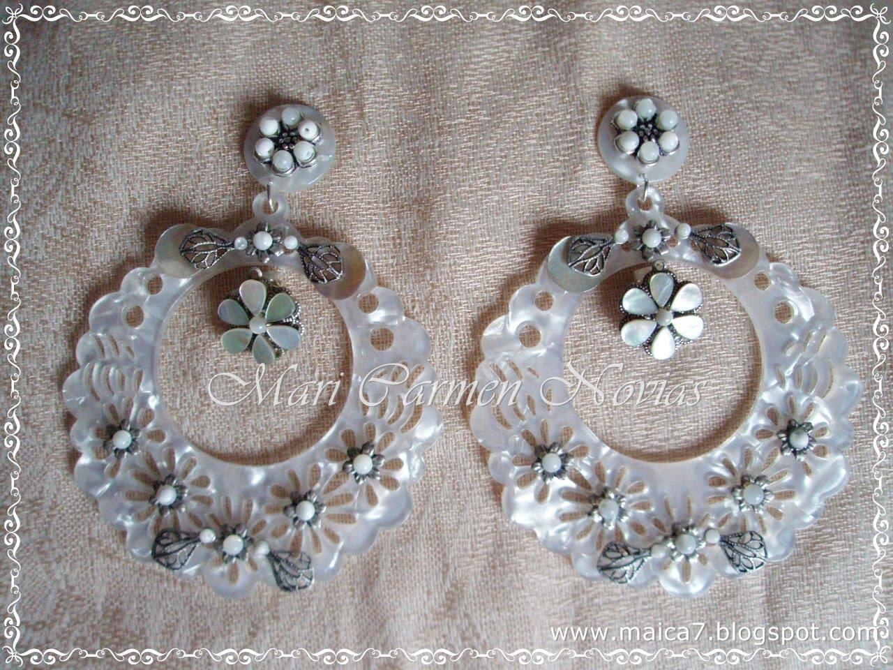Llamativos pendientes de novia en nácar y plata vieja (también en oro viejo).