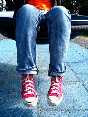 kırmızı converse ve kot pantolon