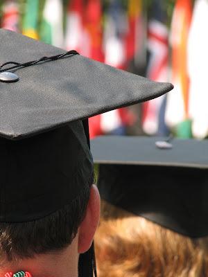 üniversite mezuniyeti kepli öğrenci