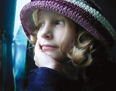 sarışın şapkalı küçük kız çocuğu