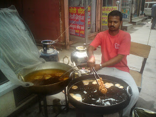 Preparing hot,piping Jalebis at Samrat - Jaipur