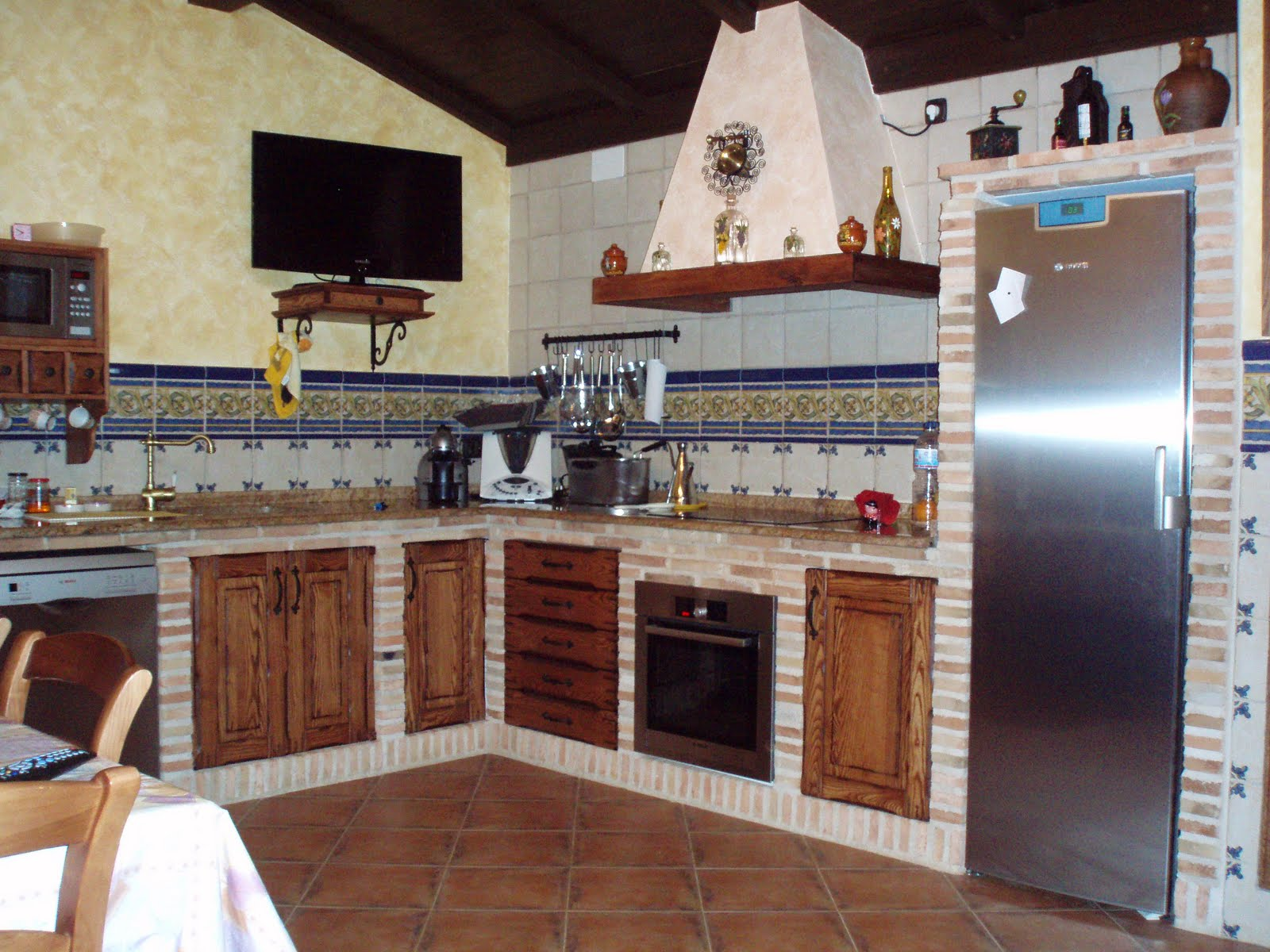 Cocinas muy r sticas on pinterest old farmhouse kitchen for Muebles de cocina hechos de obra