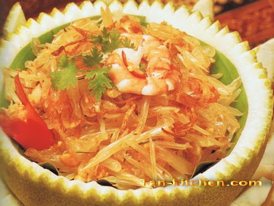 Pomelo spicy salad (Yam Som-O kab koong)