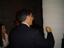 O prefeito de Belo Horizonte, Fernando Pimentel deixa seu registro no corpo do Totem.