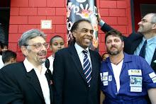 O sorriso do ministro da Cultura Gilberto Gil perante os aplausos da comunidade.