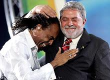 O presidente Lula e o ministro da Cultura Gilberto Gil em um fraterno abraço.