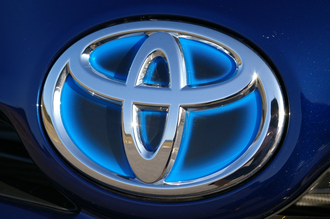 http://3.bp.blogspot.com/_eF9JVg6LPwQ/S9mLBc_2IgI/AAAAAAAABCw/VcpolOUoyUk/s1600/2010_Toyota_Prius_hybrid_badge_logo_car_toyota_wallpaper.jpg