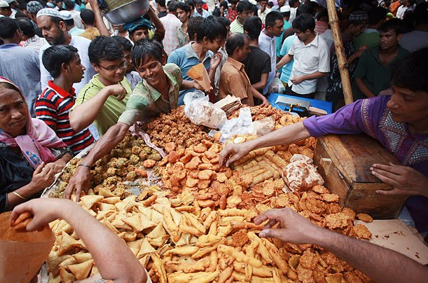 qawlan saqeela a word of weight photo essay ramadan muslims gather to buy food for iftar in dhaka