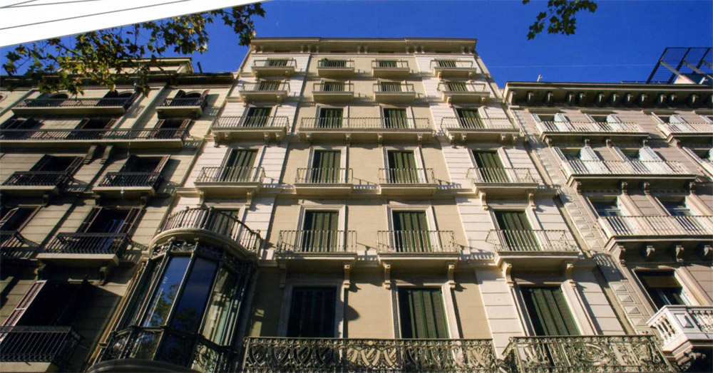 Hotelsforsaleinspain apartments building in barcelona for for Barcelona apartment