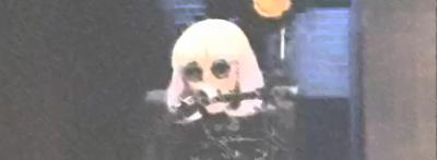 Lady Gaga sendo eletrocutada