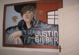quadro de Justin Bieber na casa de traficante