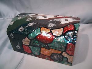 Caja realizada con diferentes materiales, nácar, cáscara de huevo, polvo laca seca, etc..