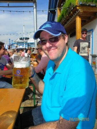 Paco bebiendo cerveza en la oktoberfest
