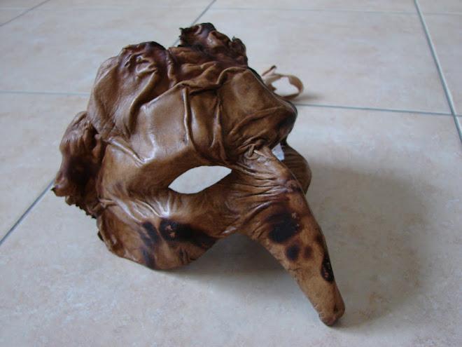 mascara feita em papel mache e revestida em pele