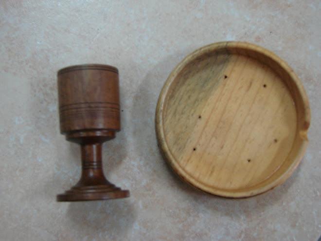 um cinzeiro e um copo em madeira torneada