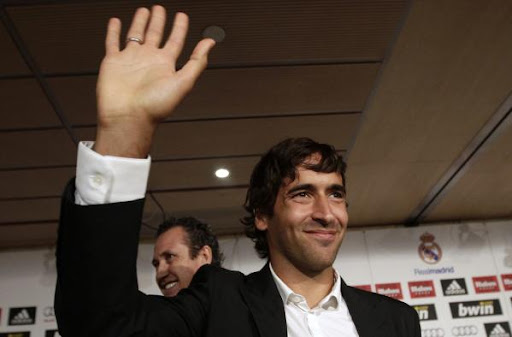 Real Madrid legend Raúl waves after news press conference in Madrid