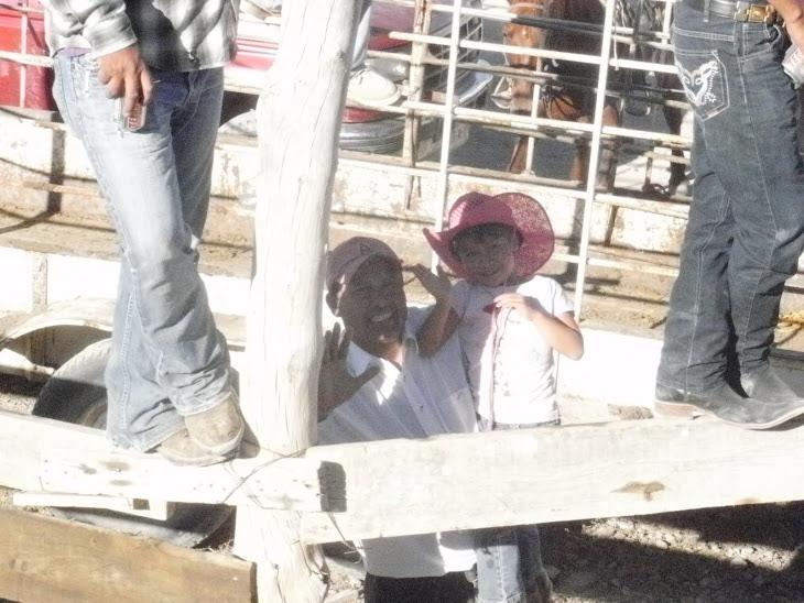alfredo aguilera y su sobrina polita saludando  a la camara.