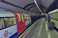 Tren entrando en la estación de Mornington Crescent, Foto por UserDoorFrame