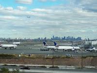 Aeropuerto de Newark. En primer plano, unos aviones de Continental. Al fondo, Manhattan