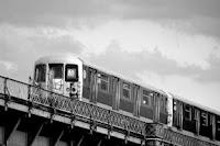 Tren M, del tipo R42, sobre el Puente de Williamsburg, realizada por Robert McConnel, obtenida vía Wikipedia