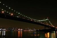 Puente Triborough de noche