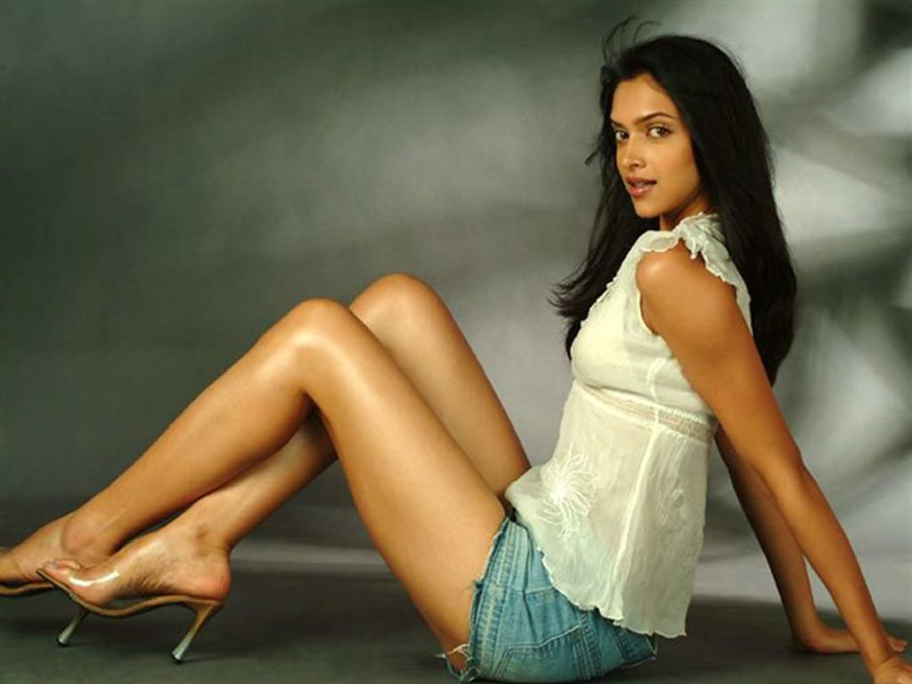 http://3.bp.blogspot.com/_eX5xKWfsiuo/TMABX8oBwDI/AAAAAAAACqc/Af-mc5_QFmE/s1600/Deepika-Padukone-Hot-Body-Chest-Figure-Hubs-Photos-Pics-Pictures-Wallpapers-Images-Scenes-Bollywoood-Actress-2010.jpg