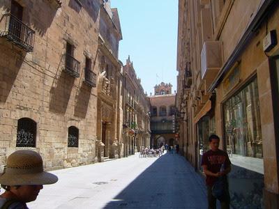 Lá ao fundo, entrada da Plaza Mayor