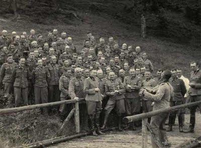 Un improvisado coro en Auschwitz
