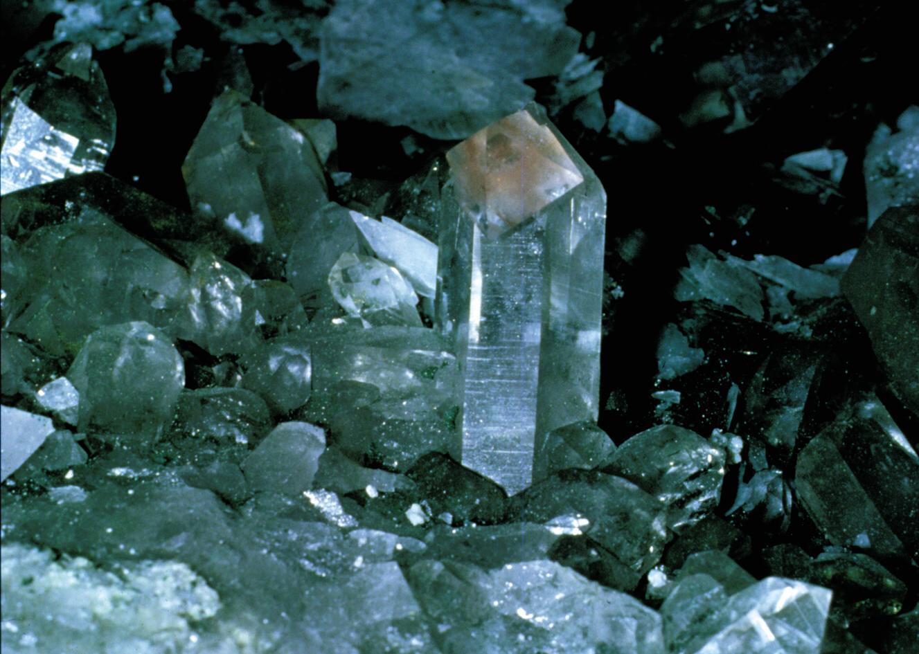 http://3.bp.blogspot.com/_edA0KLCR8q8/TOZ3GCePCnI/AAAAAAAAATs/EC0gYk2G3UY/s1600/crystal-cave-grimsel.jpg