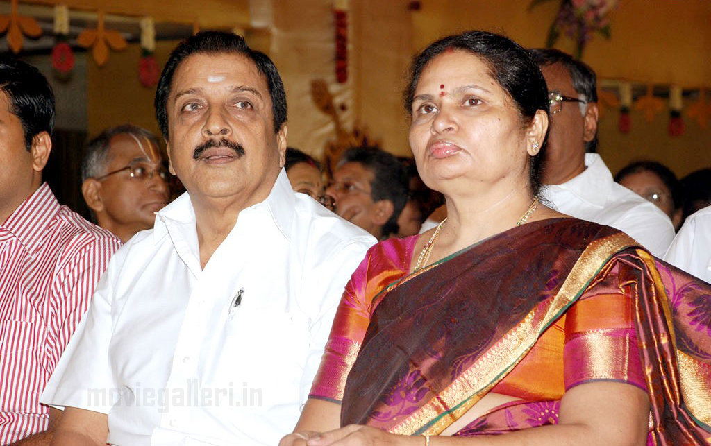 Actor Sivakumar Family Photos http://kollychronicle.blogspot.com/2010/09/celebrities-at-soundarya-rajinikanths.html