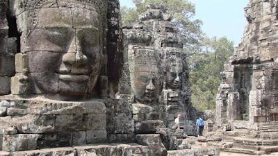 figuras esculpidas no templo de Bayon, Siem Reap