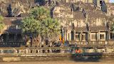 Monges indo para meditar dentro de Angkor Wat