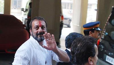 Sanjay Dutt offers to kiss Mayawati, gets FIR