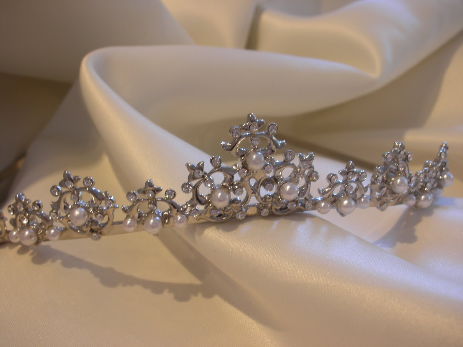 We wedding headpiece jewellery - What S A Bride Who Has Her Heart Set On A Tiara To Do Follow Your Heart And Get A Headpiece With A Subtle Tiara Feel Stay Away From Anything Too Pointy
