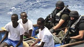 Piratas dos sete mares abril 2010 for Largo somalia