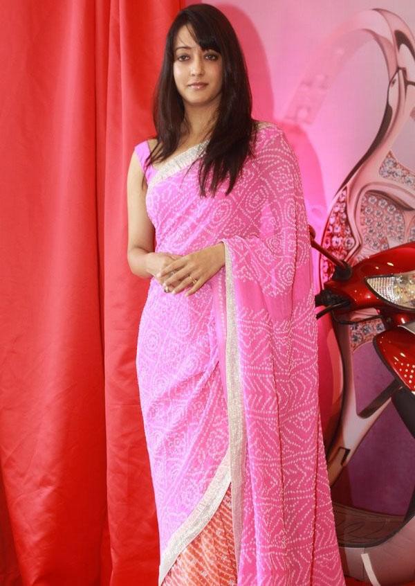 Sleeveless pink saree actress wallpapers of Raima sen.