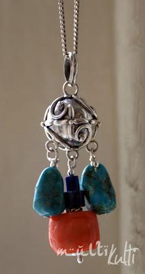 srebrny wisior z kamieniami