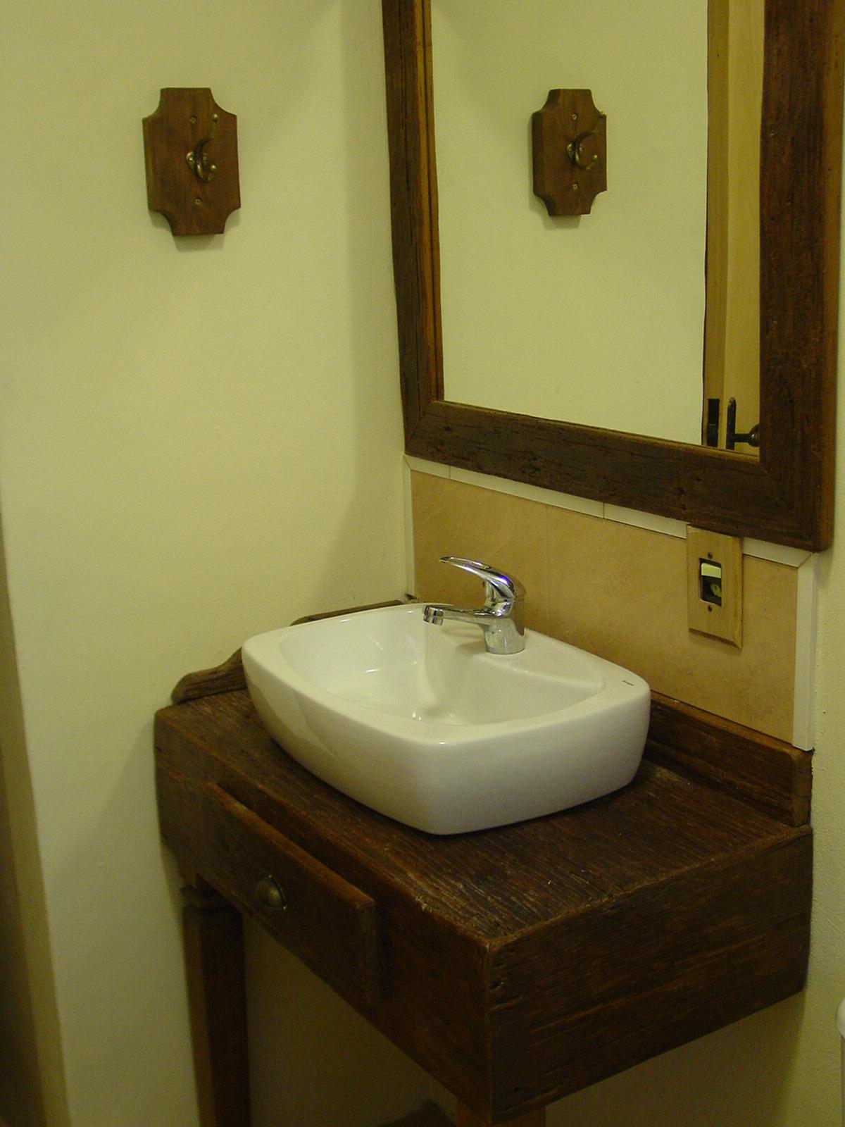 Imagens de #2E2009 suporte para o papel higiênico também é feito na mesma madeira. 1200x1600 px 3626 Banheiros Simples Rusticos