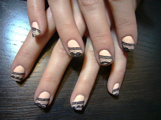 J\u0027avais souvent vu des ongles agrémentés de dentelle sur Internet mais je  ne l\u0027avais jamais essayé moi,même. Après avoir trouvé du ruban de dentelle  chez