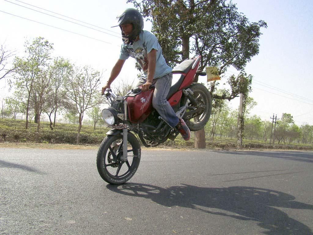 http://3.bp.blogspot.com/_f0wZzvvr1_A/SjFQuRqi-lI/AAAAAAAAB7g/Uc1Ze3eCqyY/s1600/motor-bike-stunts-03.jpg