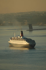 QE2 LEAVING LISBON 13 DECEMBER 2005